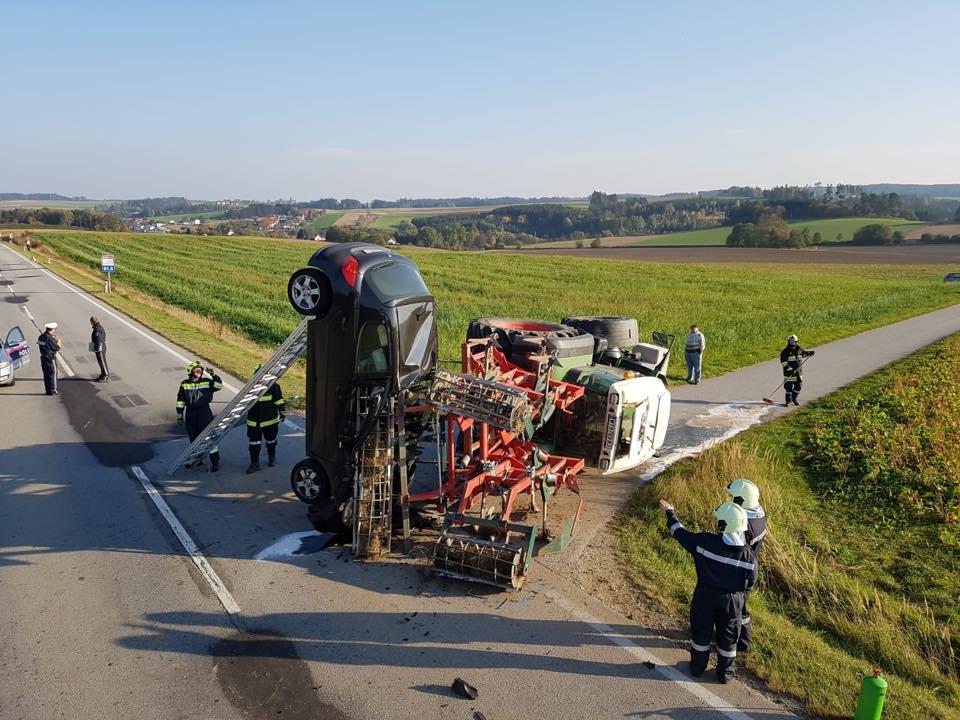 Samochód wbił się w maszynę rolniczą [ZDJECIA + FILM]
